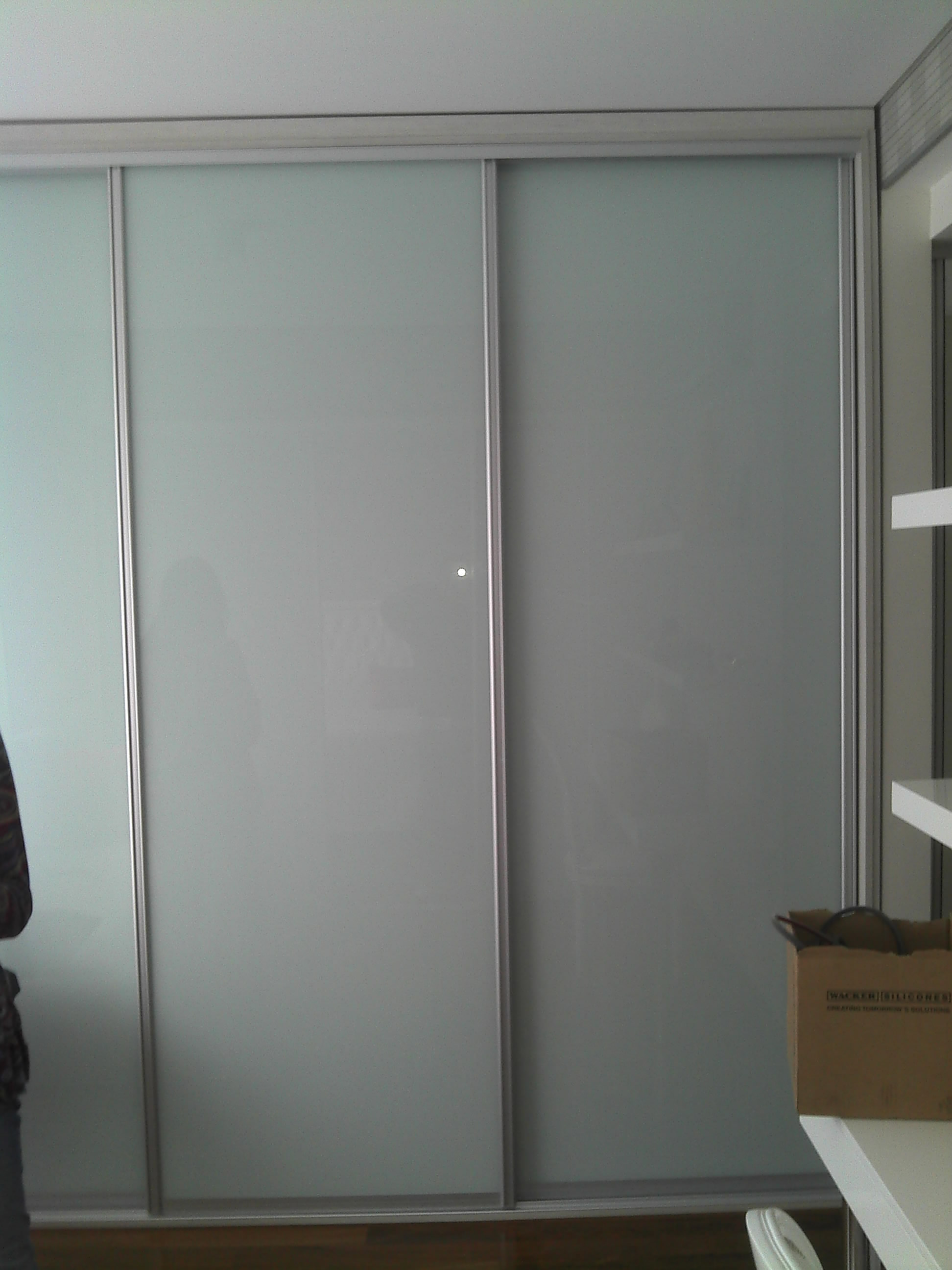 Mamparas Para Baño Tucuman:Cover glass blanco brillante en frente de placard
